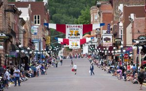 The crowd lines the street at Deadwoods Days of 76